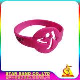 Feine Kunstfertigkeit-kundenspezifische Farbe aufbereitete Silikonwristband-Armbänder