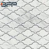 白いベージュ灰色の黄色い大理石のモザイク、小さい部分の大理石のタイル