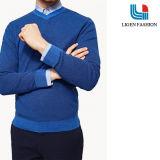 남자의 파란 뜨개질을 한 옷