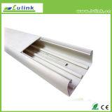 O entroncamento de PVC com fenda do tubo de fiação do cabo tronco do Fio