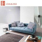 Конструкция кресла самой последней стильной голубой софы цвета установленная для живущий комнаты