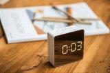Tabela do LED do espelho o relógio digital com alarme
