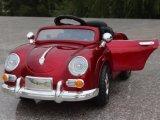 Kleine Plastikkind-Fahrt auf Auto-Spielzeug