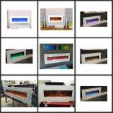 リモート・コントロールの壁でハングする多色刷りの炎の電気暖炉