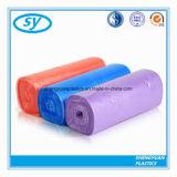 Sacs de détritus colorés de HDPE en plastique sur le roulis