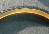 26*2.125黄色いカラー壁の自転車のタイヤ