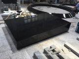 山西の円の縁石が付いている黒い花こう岩の墓碑