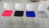 Projeto moderno que empilha a cadeira viva Home de aço plástica do coxim