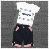 カスタマイズされたプリントは男の子のための子供の衣服に着せている子供に適する