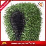 Alfombra de césped de hierba del jardín de césped sintético en el exterior