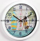 Migliore orologio di parete rotondo decorativo di plastica bianco di vendita con l'orologio variopinto di stile della Camera di spiaggia della scheda praticante il surfing