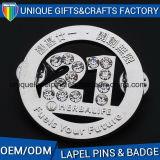 La Insignia de metal con el logotipo impreso