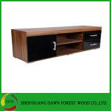 A tevê de madeira do gabinete da mobília da sala de visitas está o gabinete da tevê