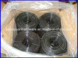 Petite bobine d'armature recuit cravate noire sur le fil /le fil de liaison