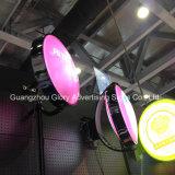Im Freienvakuum, das drehenden LED-hellen Kasten bildet