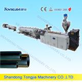 PE 배기관 생산 라인. 기계를 만드는 HDPE 관