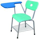 メモ帳が付いている椅子をスケッチしている学校の教室の家具学生