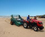 La spazzatrice dei rifiuti della sabbia della spiaggia pulisce lo spreco