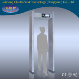 Checking Security를 위한 사람들 Walking Through Door Frame Metal Detector