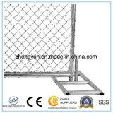 Individu portatif restant le panneau provisoire de frontière de sécurité pour le chantier