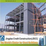 Edificio de varios pisos de la estructura de acero