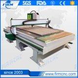 CNCのルーター機械を切り分けるか、または切る木製のドアCNC