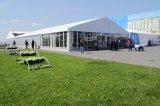 屋外党イベント展覧会のガラス壁のテントと結婚している500人