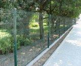 機密保護の庭の鉄条網のパネルか曲げられた網の塀