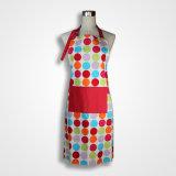 빨간 면 화포와 앞치마를 요리하는 백색 물방울 무늬 앞치마 관례