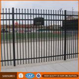 やりの上が付いている正方形の鋼鉄管の塀そしてゲート