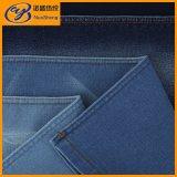 Джинсыы и сплетенная кофточкой джинсовая ткань в типе