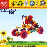 多彩な車はおもちゃの教育ブロックをからかう