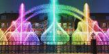 Fuente colorida del baile de la música de los multimedia del lago