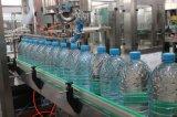 Remplir la bouteille d'eau minérale de l'embouteillage de la machine