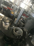 茶のための機械を形作る紙コップ