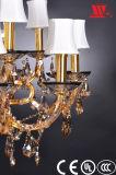 Klassischer Kristallleuchter mit den Glasarmen