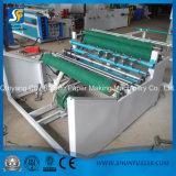 Professionista che fende e che riavvolge la piccola carta igienica che fa la fabbrica della Cina della macchina