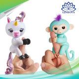 電子スマートな接触指はおもちゃの赤ん坊猿の対話型のFingerlingsのユニコーンをからかう