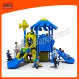 Pequena piscina parque infantil com tejadilho
