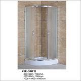El desplazamiento de la puerta abierta tejió el recinto de cristal de la ducha con la bandeja del sector