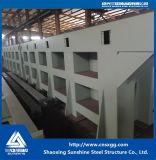Camera della struttura d'acciaio con le scala per il dormitorio