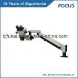 Microscópio do funcionamento da cirurgia da espinha