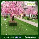 Verde natural como a decoração do jardim que ajardina a grama artificial do relvado