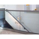 Inferriata di vetro d'acciaio della Camera della rete fissa contemporanea del pozzo delle scale con il corrimano