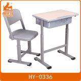 A altura ajusta a mesa e a cadeira do estudante para a escola pública