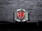 La fábrica vende directo la vendimia retra medieval de Signet de la armadura del acero inoxidable del blindaje del caballero de Templar del cruzado del anillo rojo de acero Titanium de la cruz