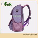 A criança bonito bonita do desenhador caçoa sacos de escola para meninas