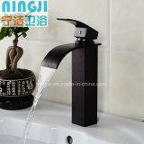 Cuarto de baño de calidad de vida Nuevo estilo blanco y negro y grifo de lavabo con acabado cromado