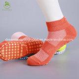 Del calzino del fornitore dei bambini del trampolino della sosta compressione lavorata a maglia slittamento dell'interno non