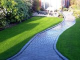 Césped artificial sintetizado del paisaje al aire libre del jardín